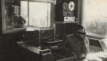 Luc de Groot in de studio van Radio CONTACT, Minervalaan in Vorst. (1981)